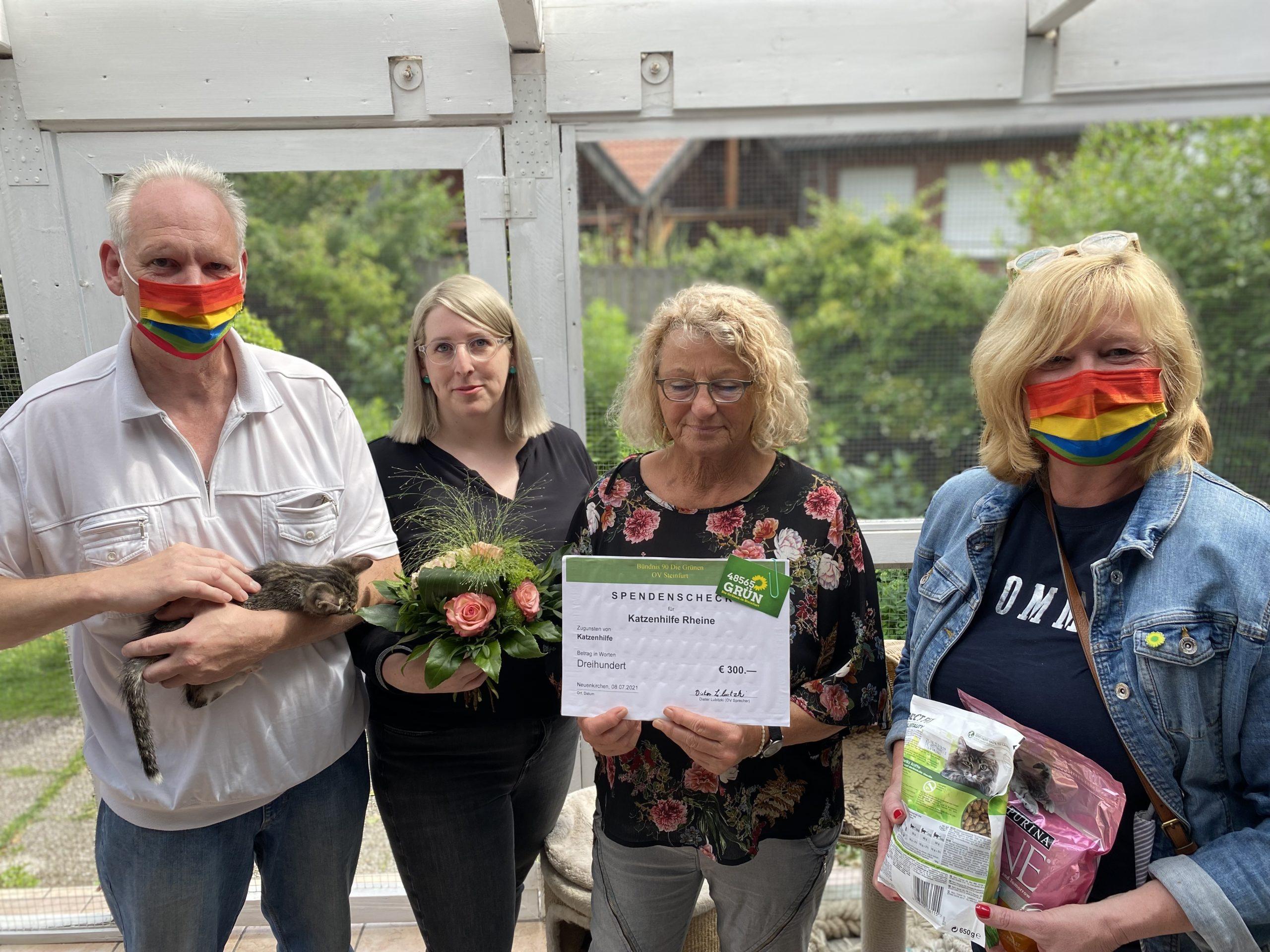 Grüne besuchten Pflegestelle der Katzenhilfe und überreichten Spende